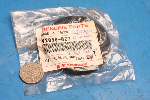 Oil seal rear wheel hub genuine kawasaki ZR ZX KZ VN NOS